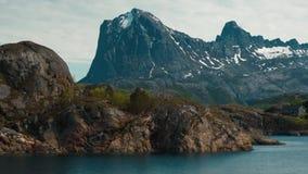 一个典型的挪威风景的看法从一条移动的小船的 股票视频