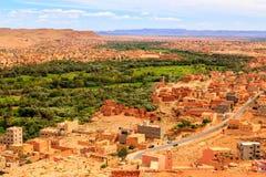 一个典型的摩洛哥巴巴里人村庄的风景有绿洲的在 免版税库存照片