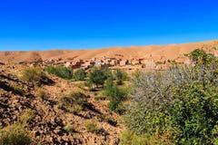 一个典型的摩洛哥巴巴里人村庄的风景有绿洲的在 库存图片