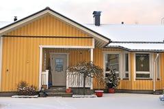 一个典型的斯堪的纳维亚房子的门面在芬兰 免版税库存照片