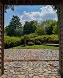 一个典型的日本庭院的入口 免版税库存照片