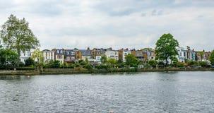 一个典型的英国河沿村庄在西部伦敦 免版税库存照片