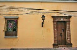 一个典型的西班牙露台的门和a 免版税库存照片