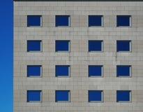 一个典雅的大厦的灰色石现代门面 免版税库存图片