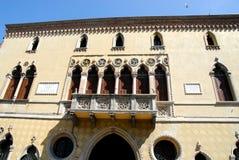 一个典雅的大厦的门面在帕多瓦在威尼托(意大利) 免版税库存图片