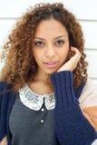 一个典雅的少妇的画象毛线衣的用在头发的手 库存照片