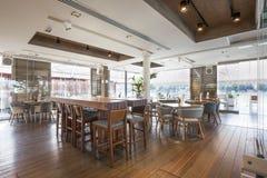 一个典雅的河沿咖啡馆的内部 免版税库存照片