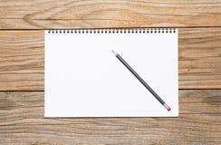 一个写生簿的空白页与一支黑铅笔的 免版税库存照片
