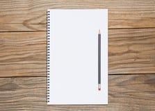 一个写生簿的空白页与一支黑铅笔的 免版税库存图片