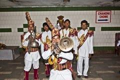 一个军乐队的成员显示他们的保留节目对观众  图库摄影