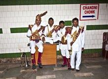 一个军乐队的成员显示他们的保留节目对观众  免版税库存照片