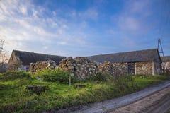 一个农业被放弃的农场的仓前空地 免版税库存照片