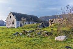 一个农业被放弃的农场的仓前空地 免版税图库摄影