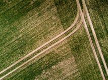 一个农业领域的鸟瞰图在春天-拖拉机轨道期间的 图库摄影