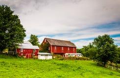 一个农场的老红色谷仓在农村约克县,宾夕法尼亚 免版税库存图片