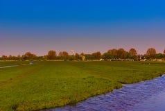 一个农场的风景有风车的 向量例证