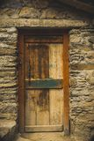 一个农村印地安村庄家的一个老木门 库存图片