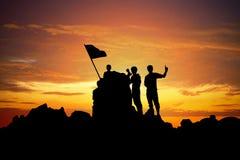 一个冠军的剪影山峰的在日落 库存图片