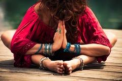 一个冥想的瑜伽位置特写镜头的妇女 库存照片