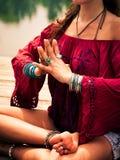 一个冥想的瑜伽位置的妇女由湖 库存图片