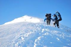 一个冬天山的远足者 库存图片