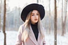 一个冬天森林的背景的美丽的妇女有雪的 库存图片