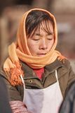 一个冬天的画象打扮了女性供营商,北京,中国 库存照片