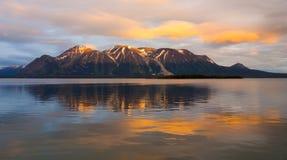 一个冰河湖如被看见在日落在北不列颠哥伦比亚省 免版税图库摄影