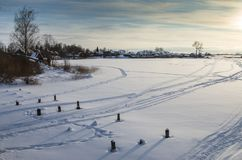 一个冻湖的岸的村庄 库存图片