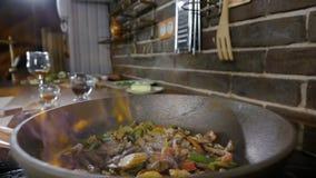 一个准备的Flambe样式盘的特写镜头在平底锅的在家 菜、肉和酒精点燃与明火 慢 影视素材