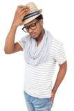 一个凉快的严肃的年轻人佩带的帽子的画象 免版税库存照片