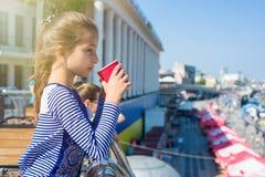 一个凉快的女孩的画象10岁,在外形,从a的饮料 库存图片