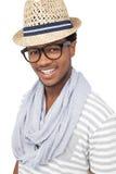 一个凉快的愉快的年轻人佩带的帽子的画象 免版税库存图片