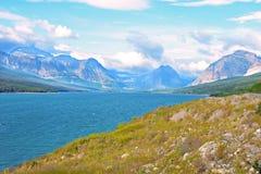 一个凉快的清楚的湖在冰川国家公园 库存照片