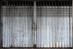 一个减速火箭的样式金属门在香港的更旧的部分共同地发现了 库存图片