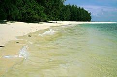 一个几乎离开的海滩的风景在一个秘密海岛在泰国,在一多云天 免版税库存照片