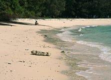 一个几乎离开的海滩的风景在一个秘密海岛在泰国 免版税库存照片