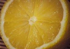 一个切的柠檬的特写镜头 库存图片