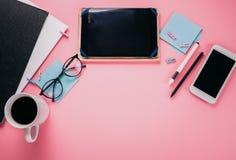 一个创造性的办工室职员的工作区 与一杯咖啡一起使用,使用电话和片剂 库存图片