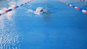 一个前面慢动作做爬泳的射击了游泳者 影视素材