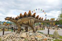 一个剑龙特写镜头的雕塑在一多云天 ` Yurkin公园` -儿童` s主题的娱乐公园 库存图片
