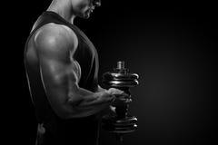 一个力量健身人英俊的力量运动人的特写镜头t的 免版税库存图片