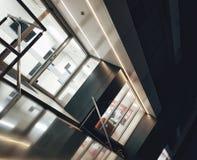 一个办公室中心的外部在平衡的夜 免版税库存图片