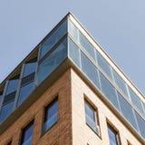 一个办公室和商业大厦的上部角落在汉堡奥尔顿, 库存照片