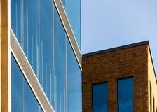 一个办公室和商业大厦的上部角落在汉堡奥尔顿, 库存图片
