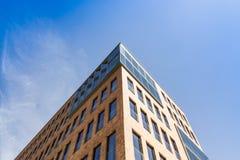 一个办公室和商业大厦的上部角落在汉堡奥尔顿, 图库摄影