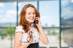 一个办公室工作者的水平的画象有电话的 免版税库存图片