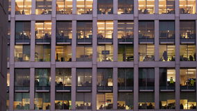 一个办公室的定期流逝在晚上 股票录像