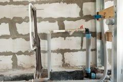 一个加热系统的管子和阀门的建筑在房子里 库存图片