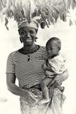 一个加纳的母亲的照片有她的婴孩的 免版税库存照片